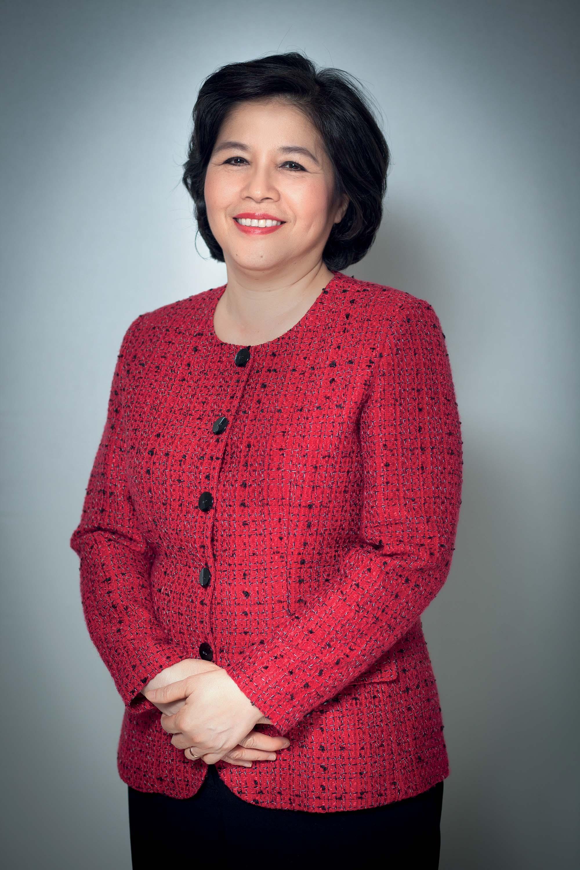 phụ nữ Mai Kiều Liên mặc áo đỏ