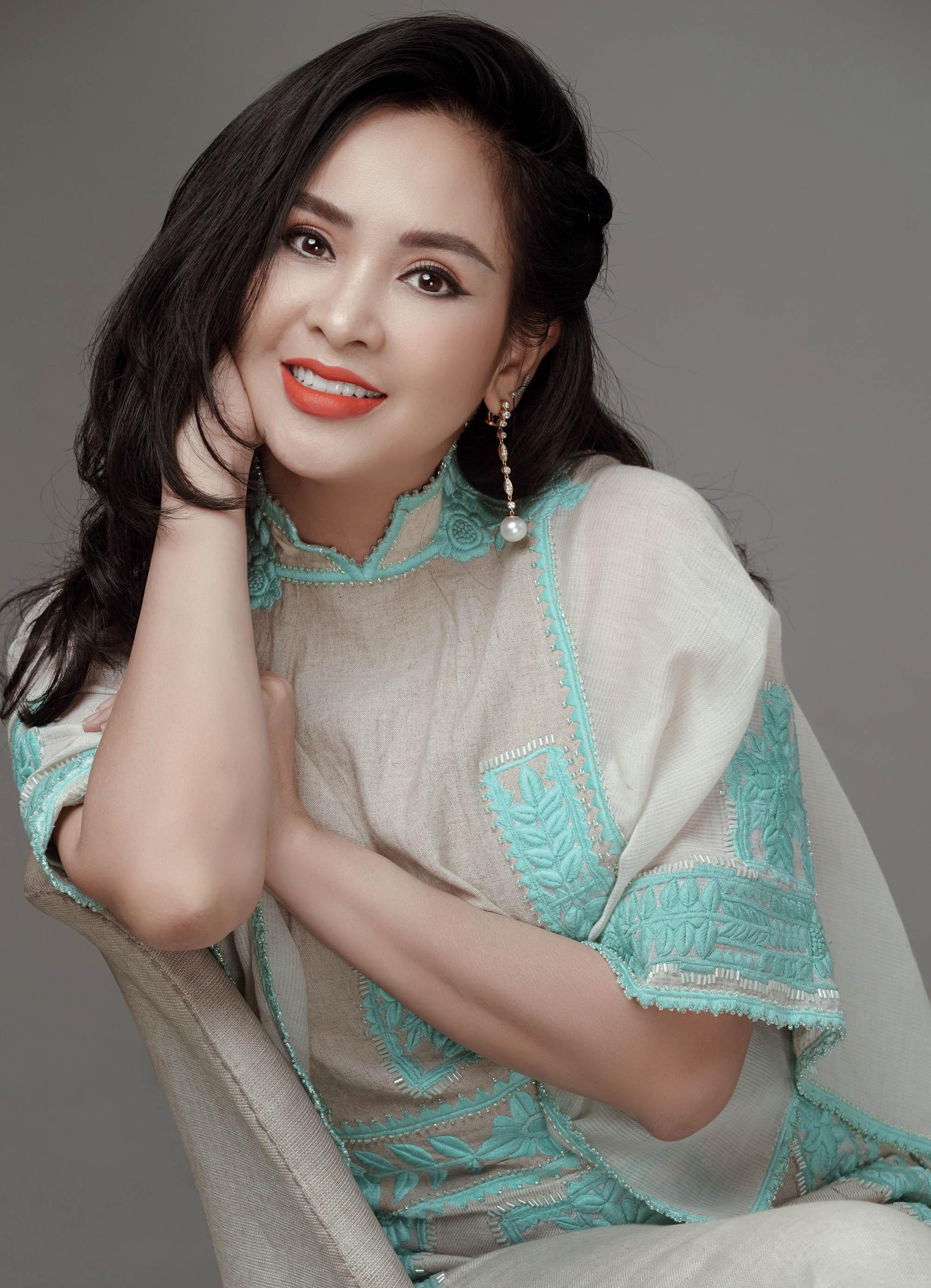 phụ nữ Thanh Lam mặc đầm xanh