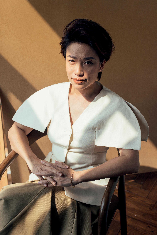Trần Ly Ly ngồi trên ghế mặc áo trắng