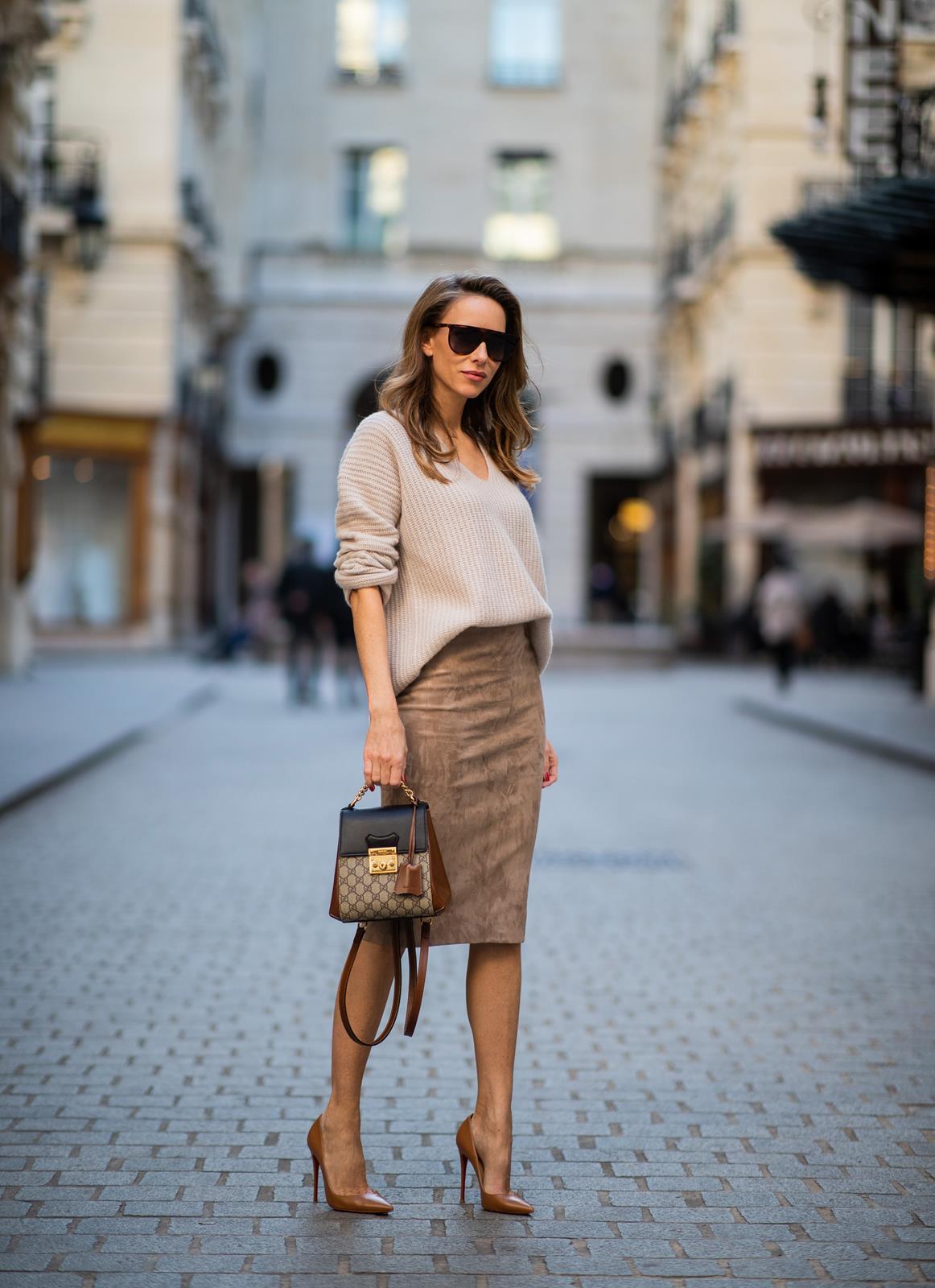 Chân váy bút chì phối cùng áo len