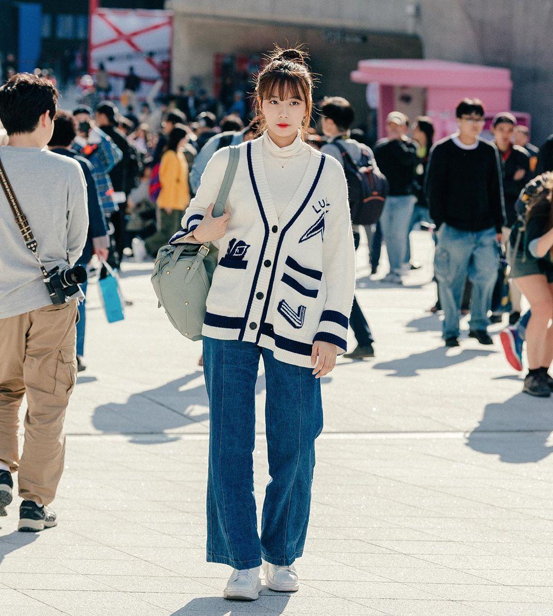 Quần jeans ống rộng phối cùng áo len
