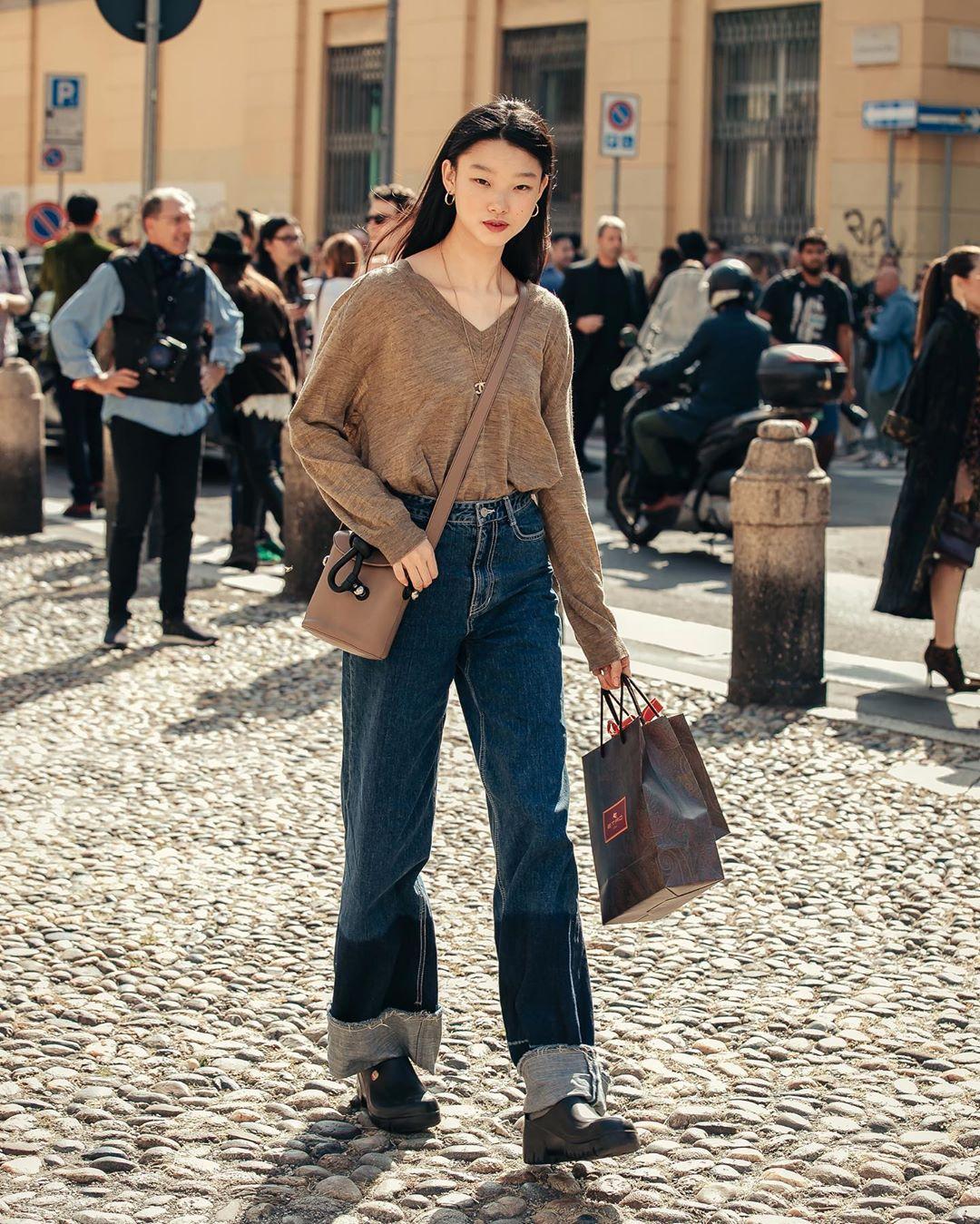 Áo thun sơ vin quần jeans ống rộng