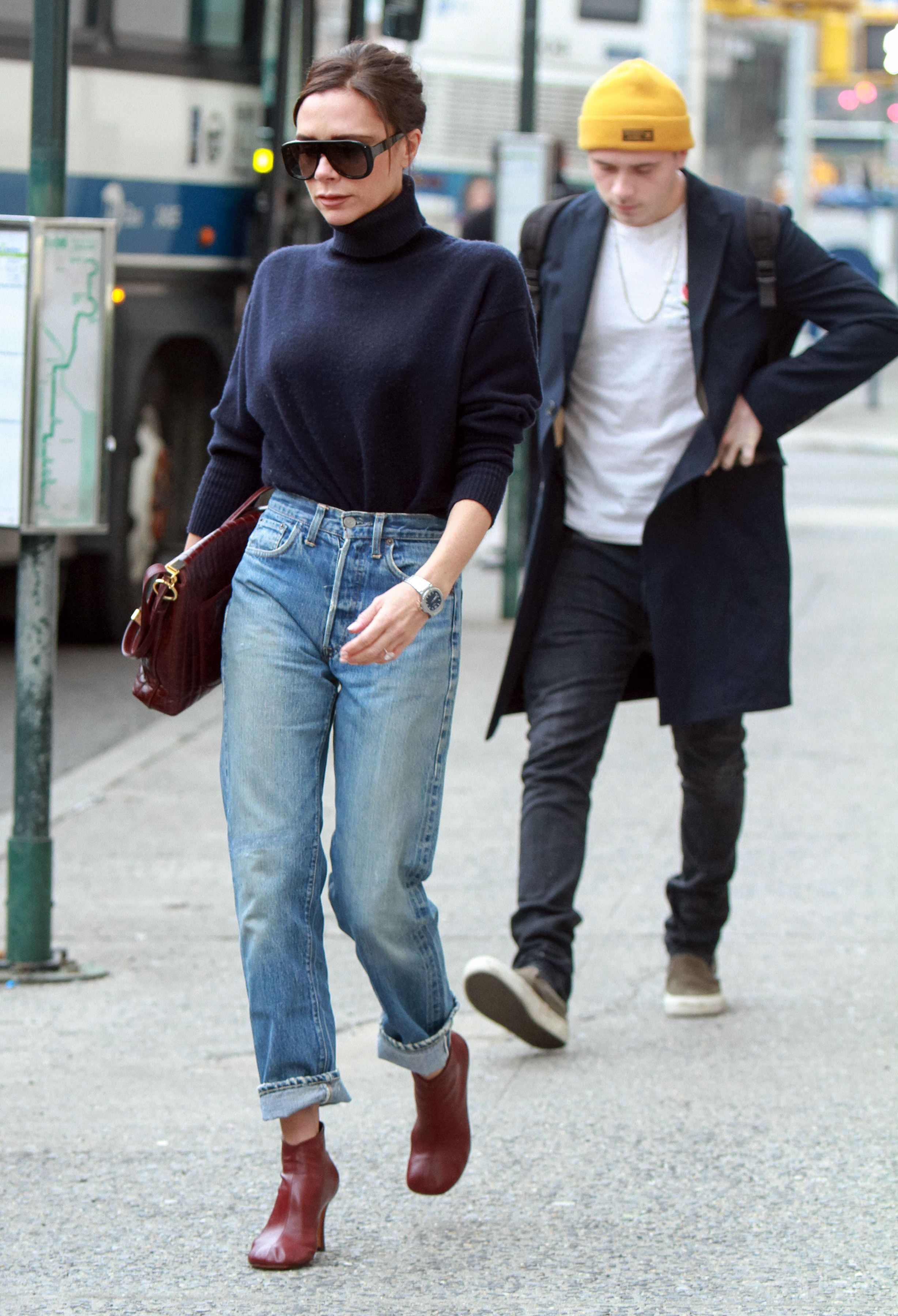 phối áo cổ cao cùng quần jeans ống rộng