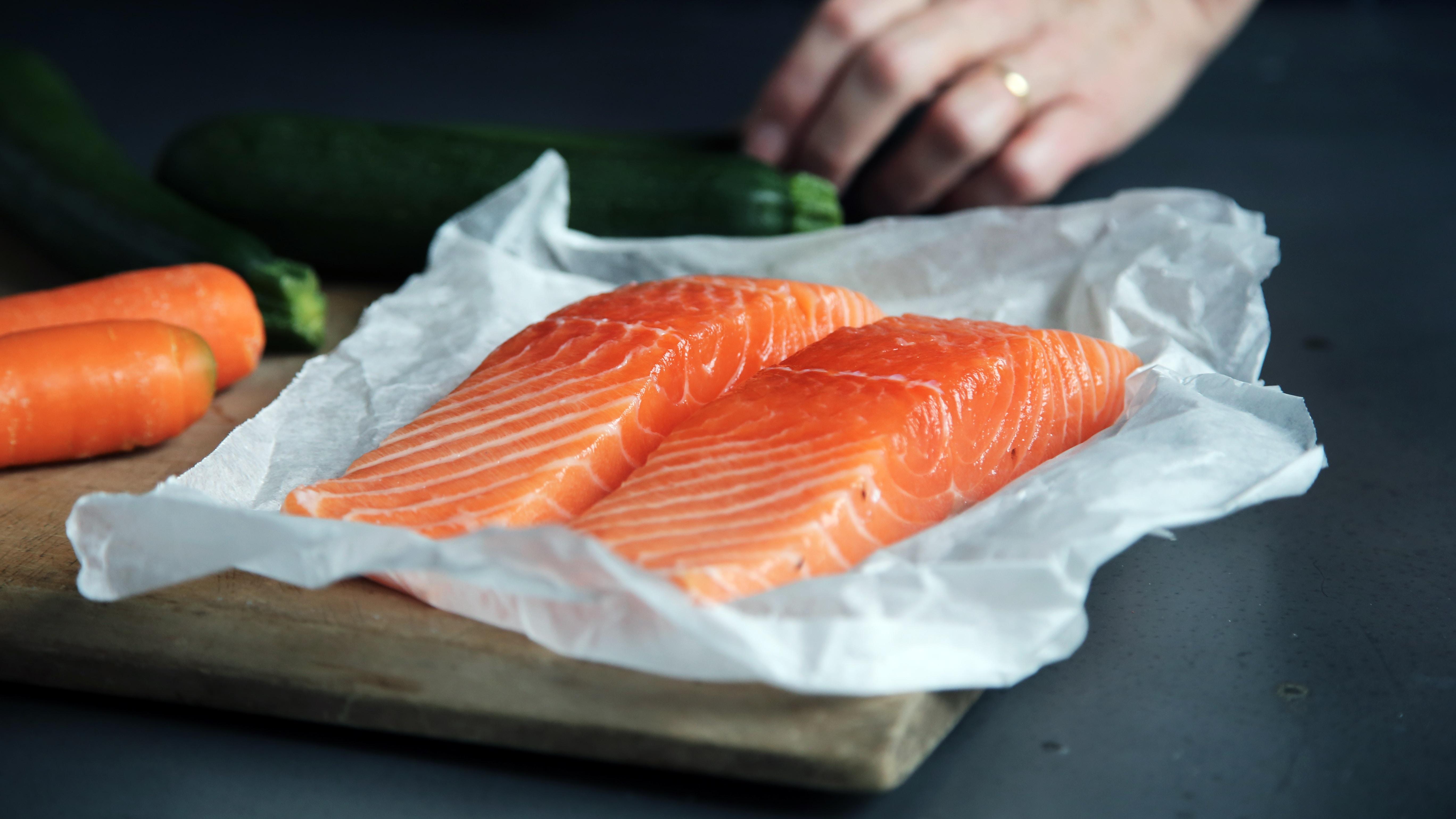 prevent cancer cá béo hai miếng cá hồi nằm kế bên củ cà rốt