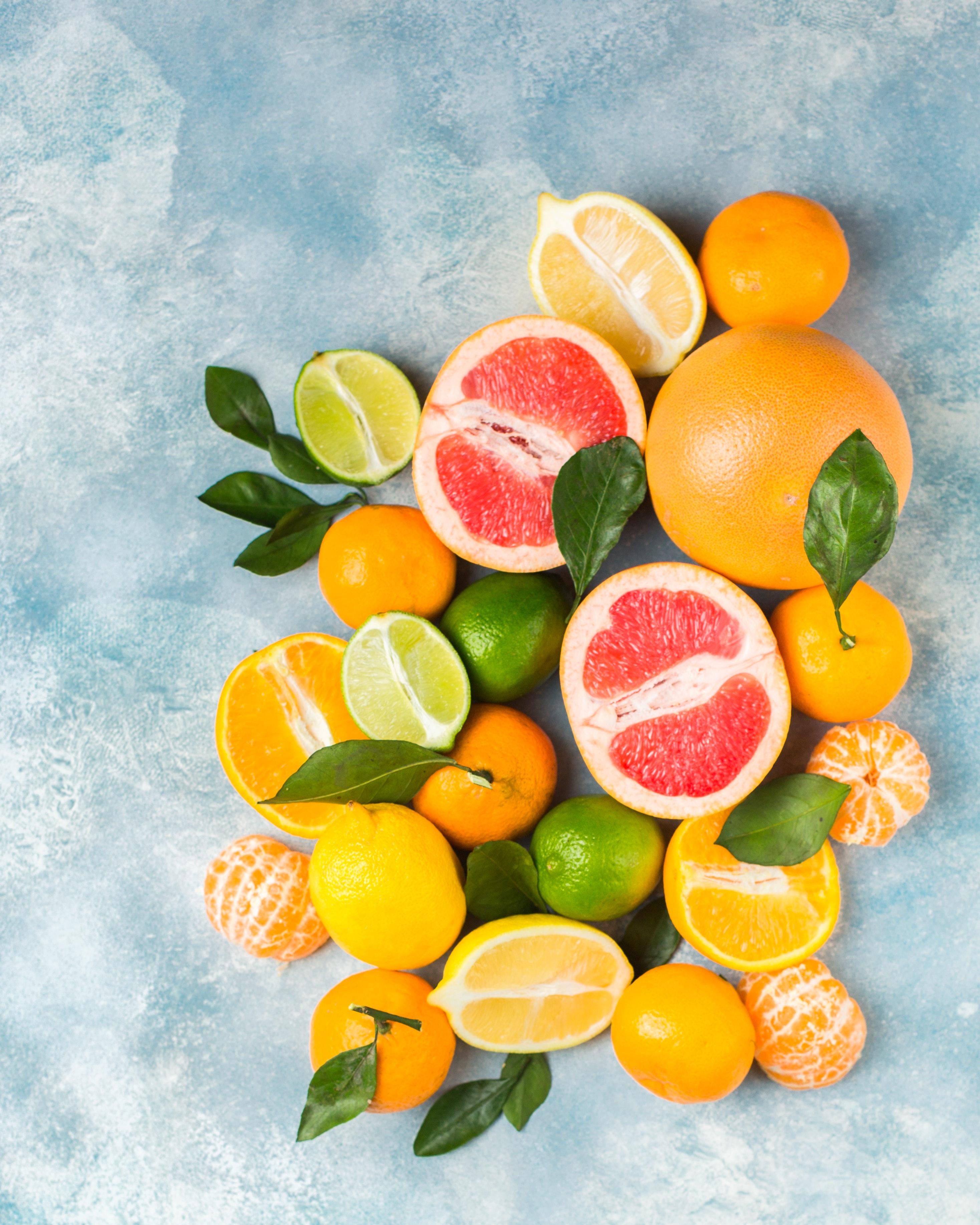 phòng tránh nguy cơ ung thư trái cây họ cam cắt đôi để trên bàn