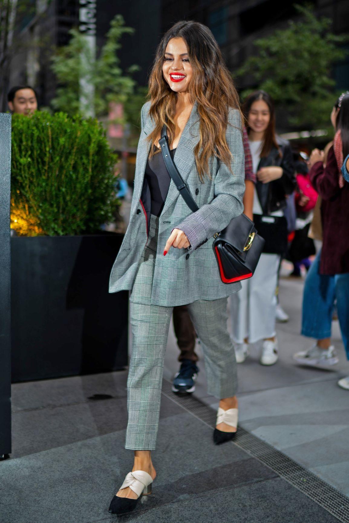 Selena cách phối đồ suit xám họa tiết kẻ sọc