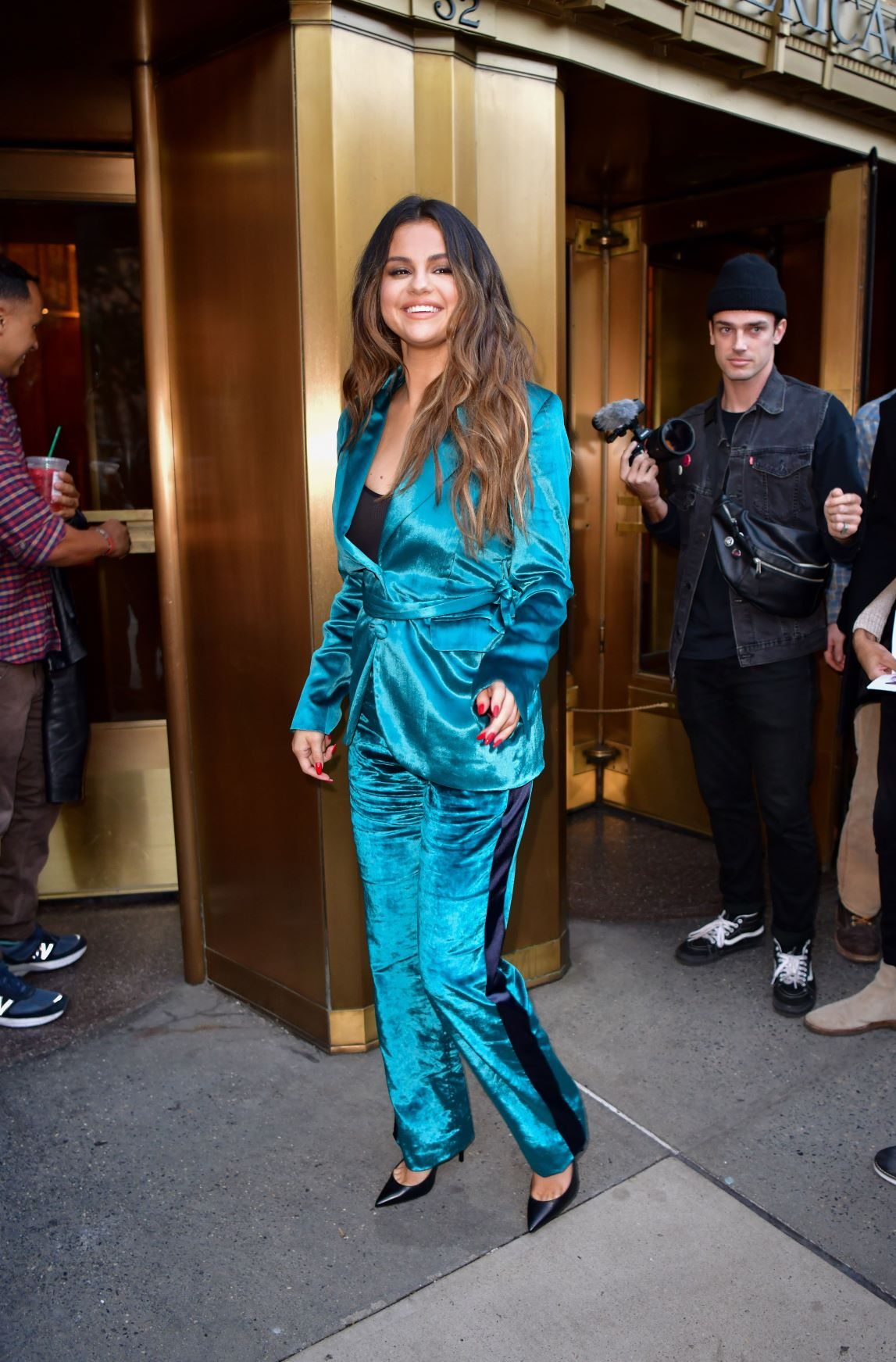 Selena suit xanh chất liệu lụa