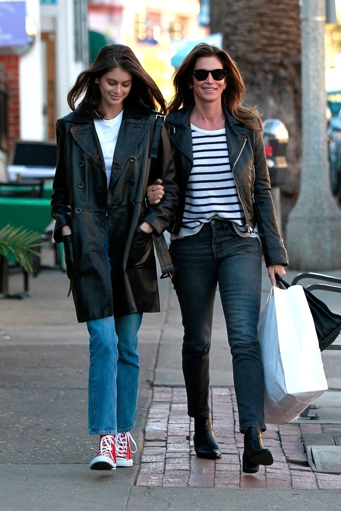 Kaia Gerber cùng mẹ mua sắm trên phố