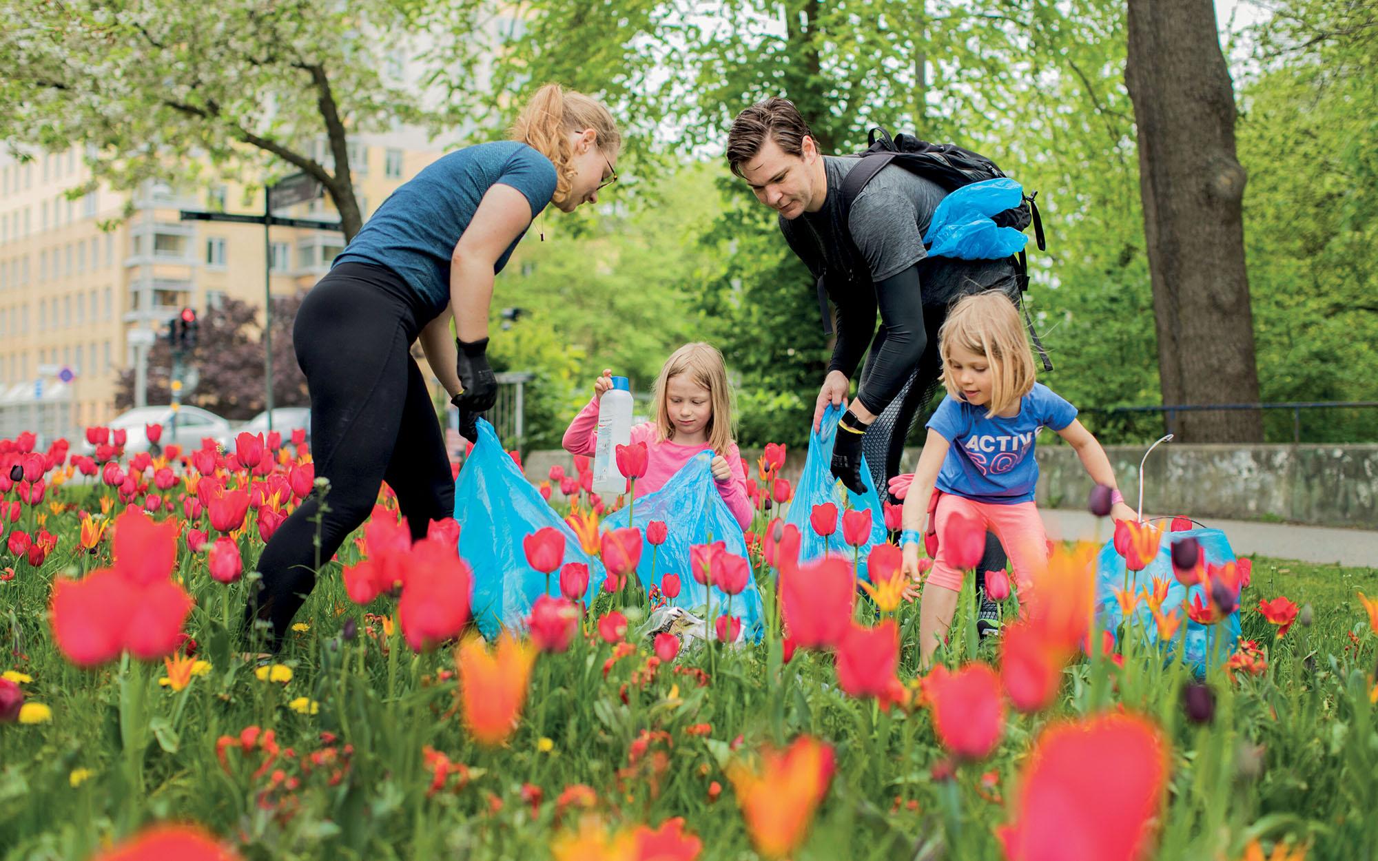 đổi mới sáng tạo gia đình đang nhặt rác tại vườn hoa