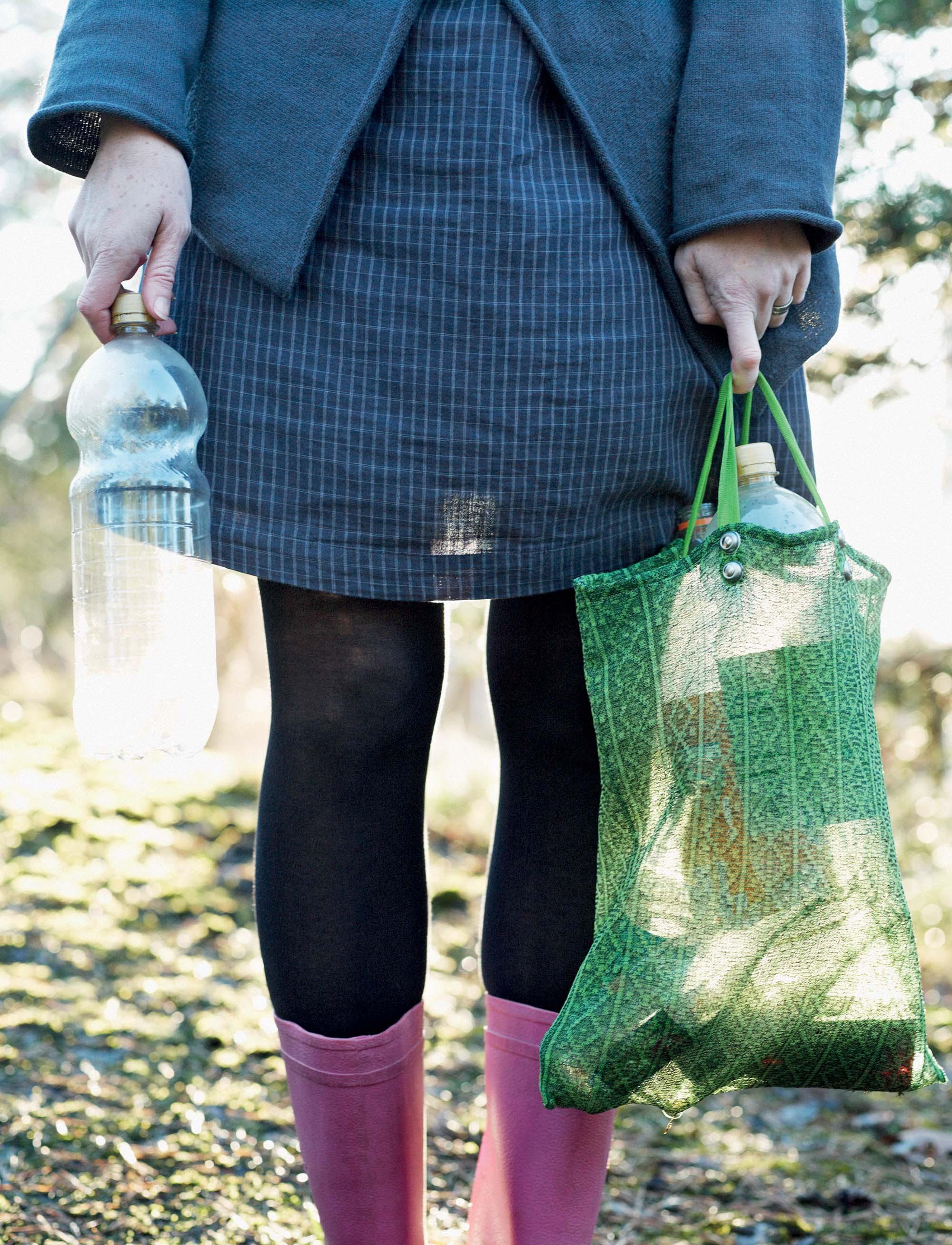 đổi mới sáng tạo người dân tái chế chai nhựa cũ