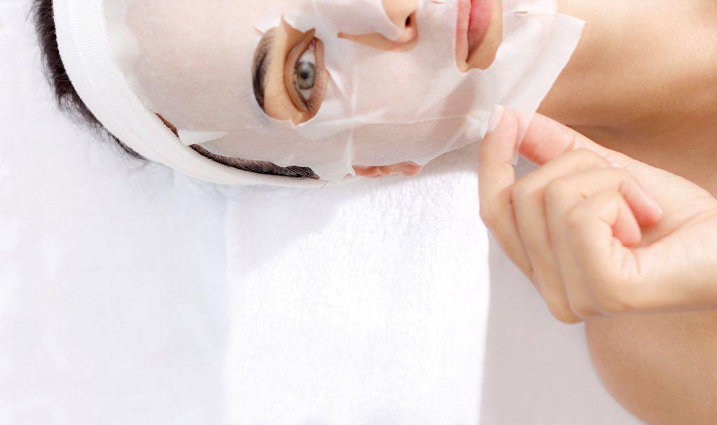 Đắp mặt nạ giấy tăng cường sức đề kháng cho làn da.