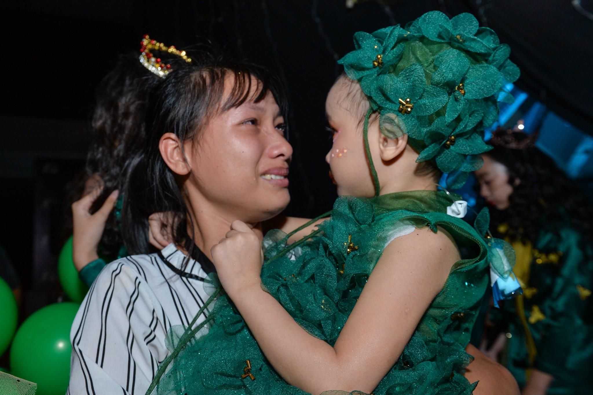 Khán giả rơi nước mắt khi H'Hen Niê bế mẫu nhí bị ung thư lên sàn diễn 3
