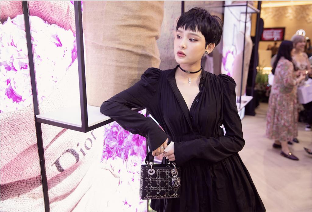 Nữ ca sĩ Hiền Hồ đẹp cổ điển với vòng choker và túi Lady Dior trứ danh
