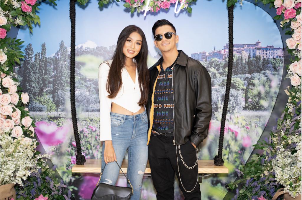 Quán quân Vietnam Idol Trọng Hiếu thân thiết bên fashionista Thảo Nhi Lê trong buổi triển lãm nước hoa