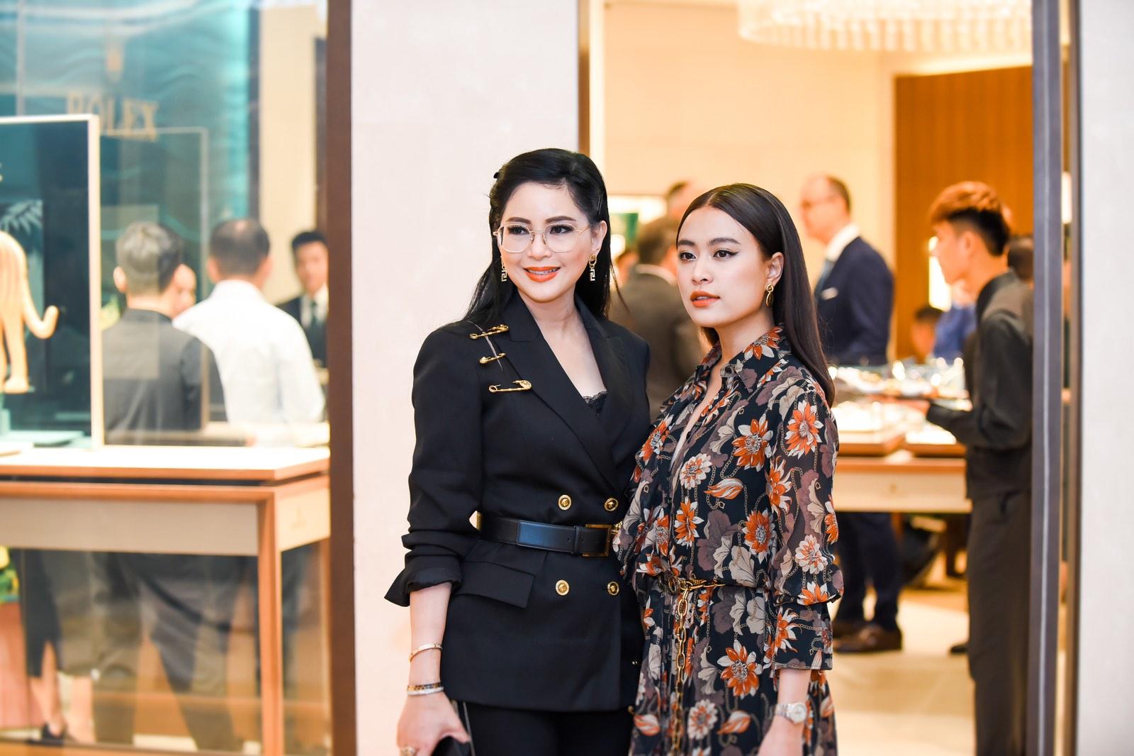 Doanh nhân Lê Hồng Thủy Tiên chụp hình cùng nữ ca sĩ Hoàng Thùy Linh.