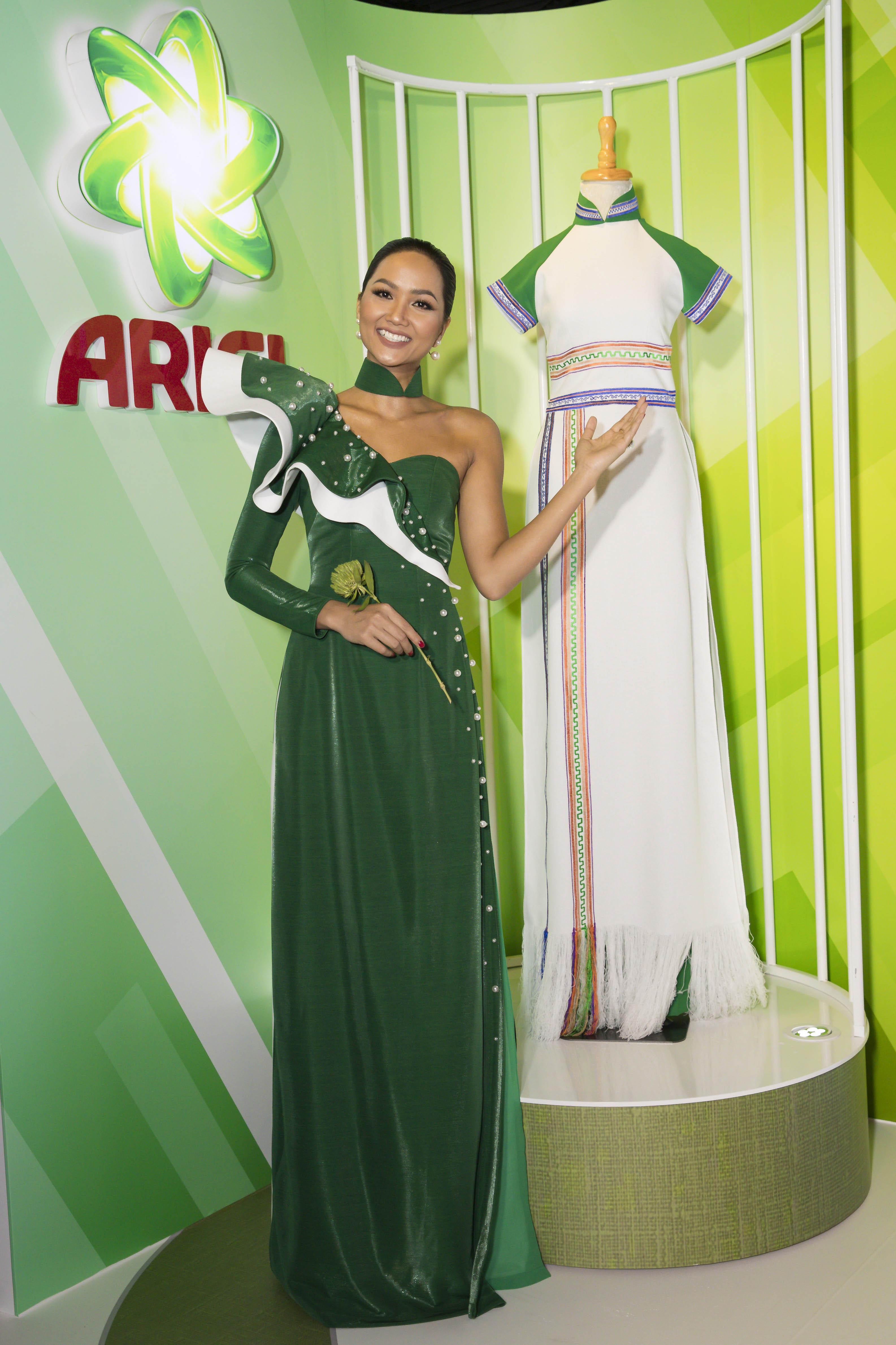 Hoa hậu H'Hen Nie cùng với chiếc áo dài trong sự kiện