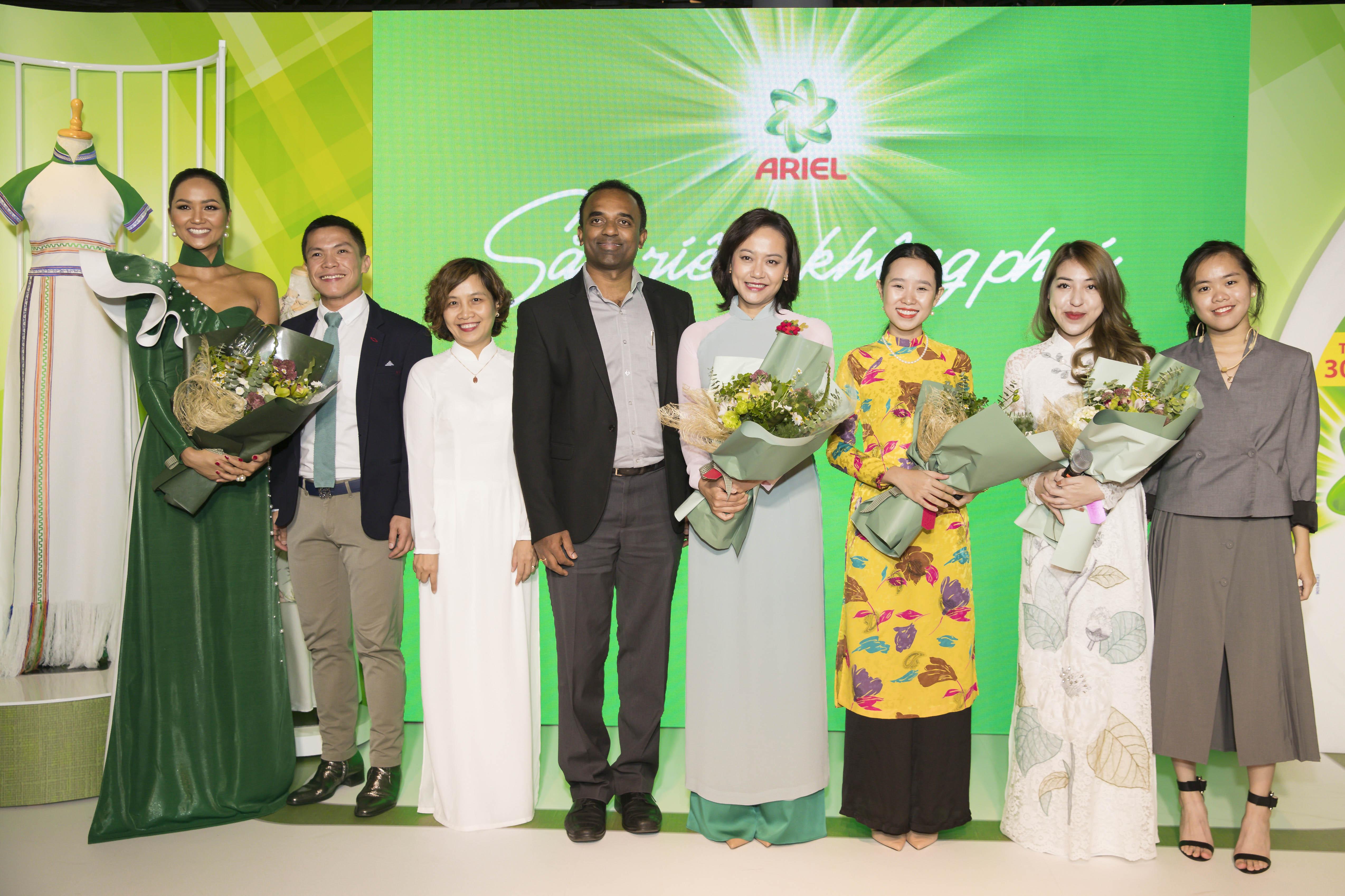 Nhãn hàng tặng hoa cho các khách mời