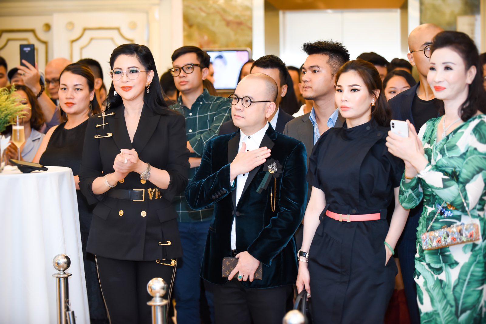 Doanh nhân Thủy Tiên, Doanh nhân Dương Quốc Nam và khách mời VIP chúc mừng cho sự kiện khai trương cửa hàng Rolex.