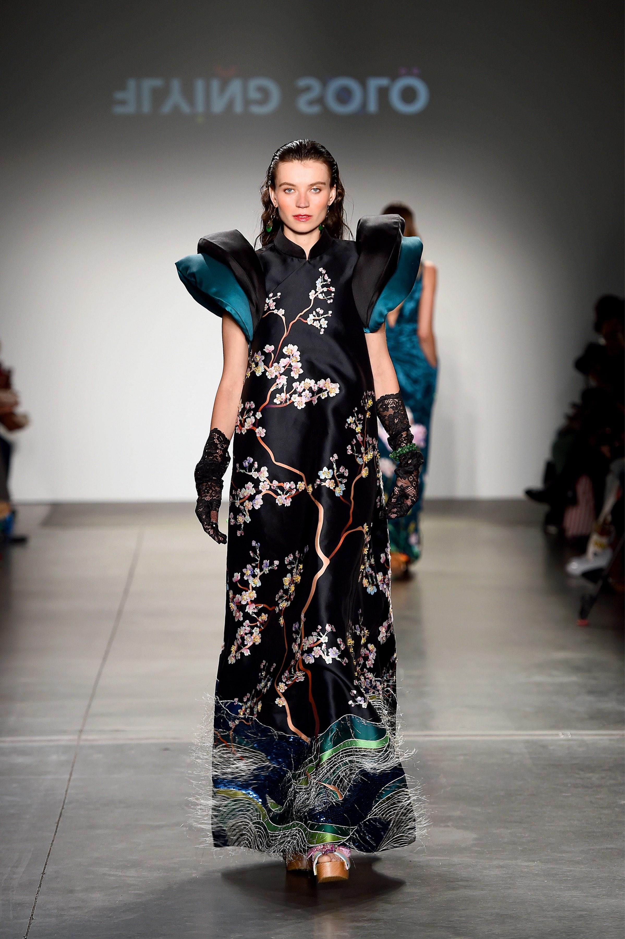 Đầm đen họa tiết hoa đào của Thủy Nguyễn