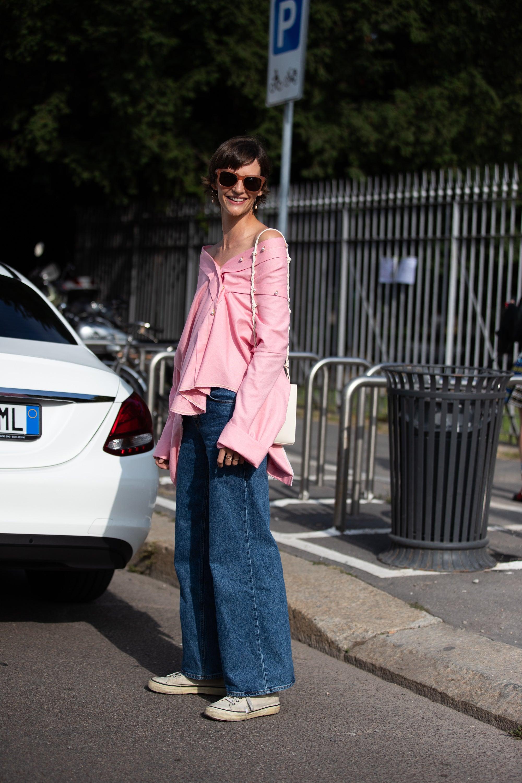 áo trễ vai hồng quần jeans ống loe sneakers