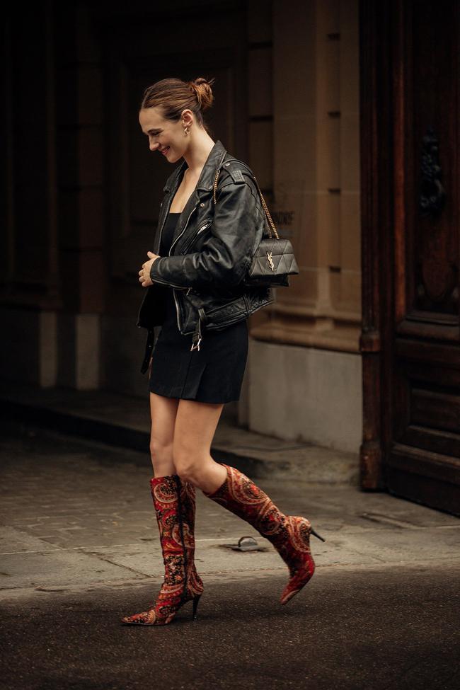 Áo khoác da đen phối cùng váy ngắn