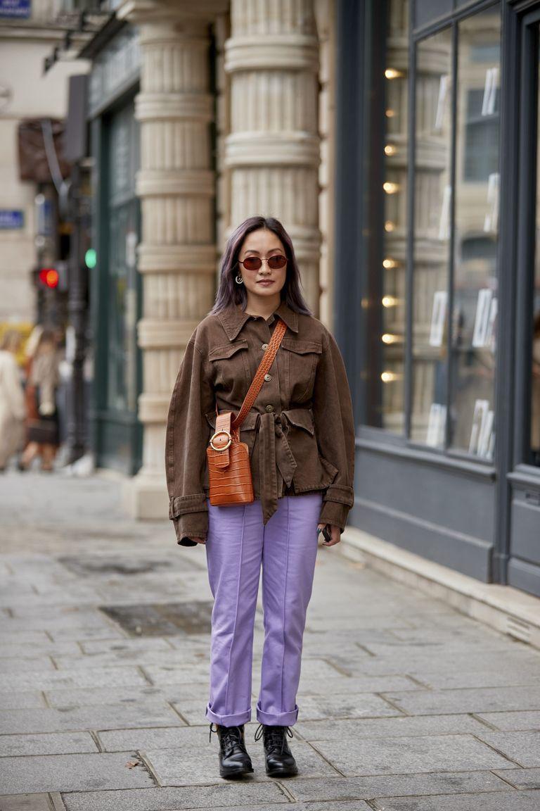 Áo khoác denim màu nâu phối cùng quần tím