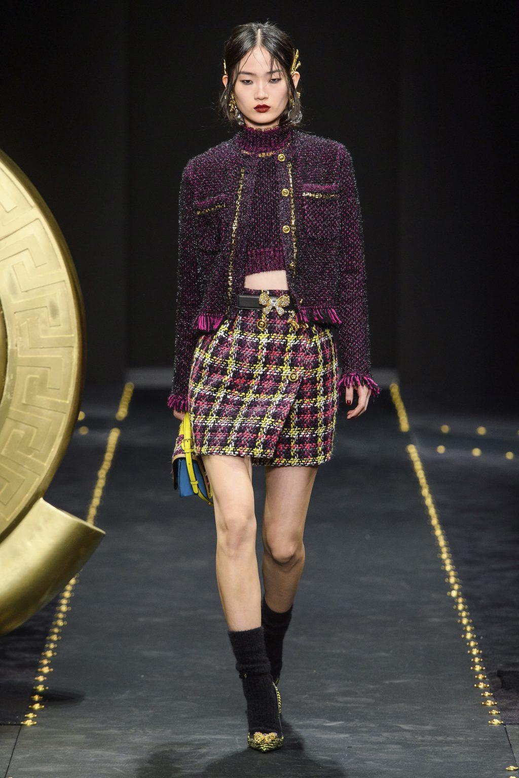 Áo khoác vải tweed màu tím đậm trên sàn diễn Versace Thu - Đông