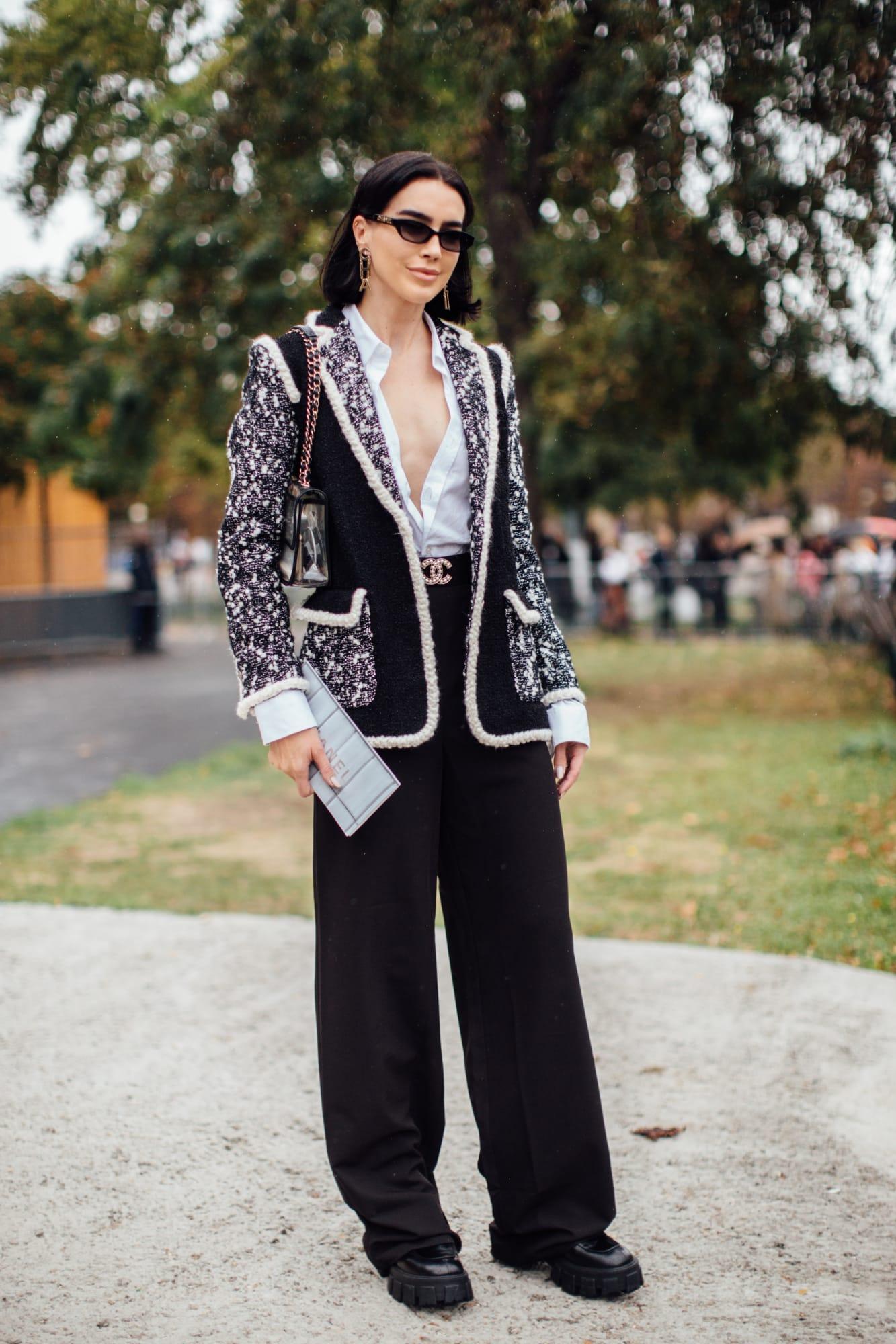Áo khoác vải tweed phối cùng sơ mi trắng xẻ cổ