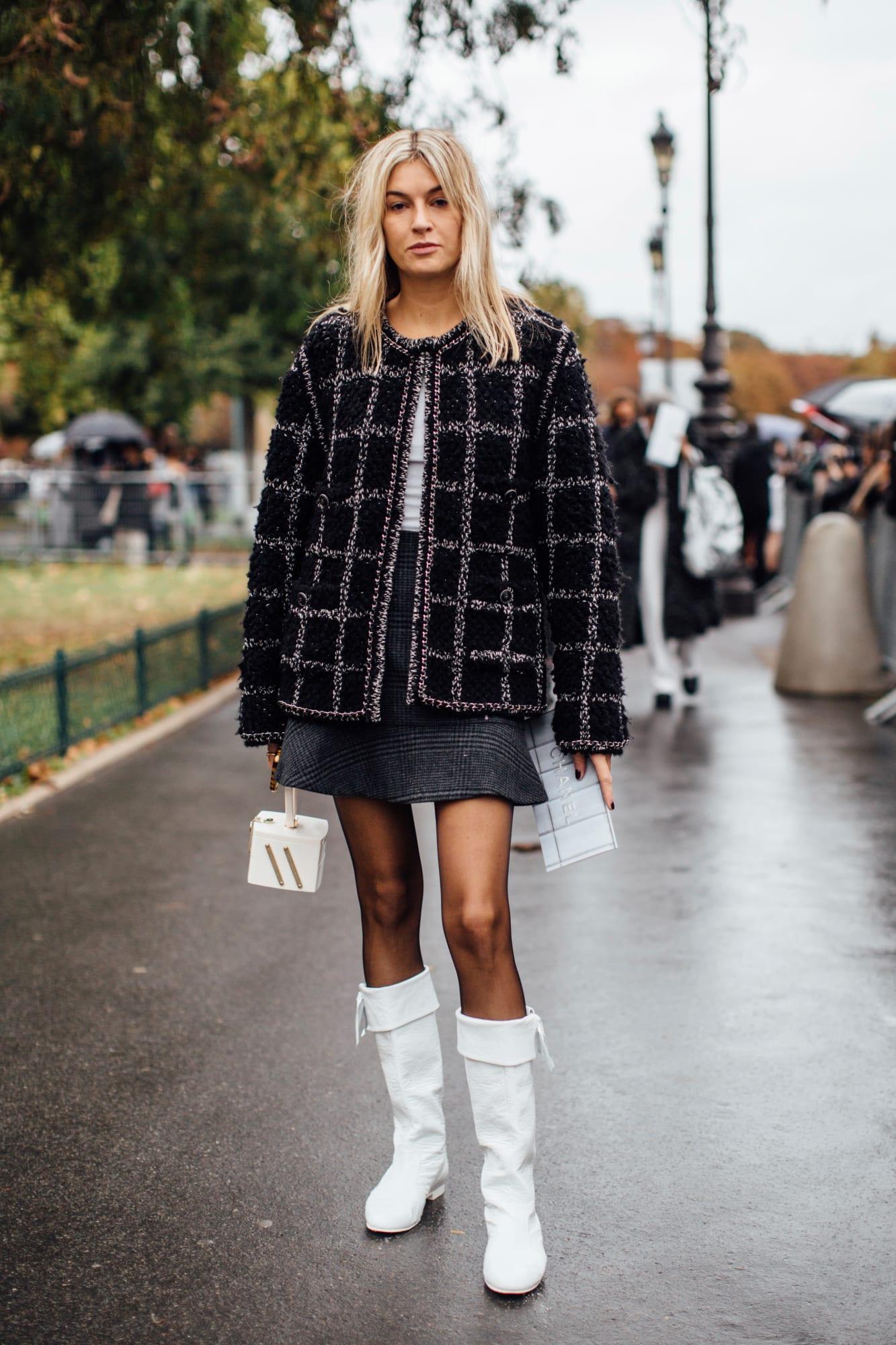 Áo khoác vải tweed phối cùng váy ngắn và giày boots cổ cao