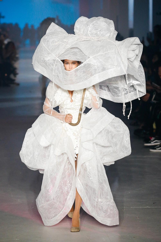 Bella Hadid mặc váy cưới cô dâu tại show Vivienne Westwood - những màn catwalk dậy sóng MXH tại tuần lễ thời trang Xuân - Hè 2020