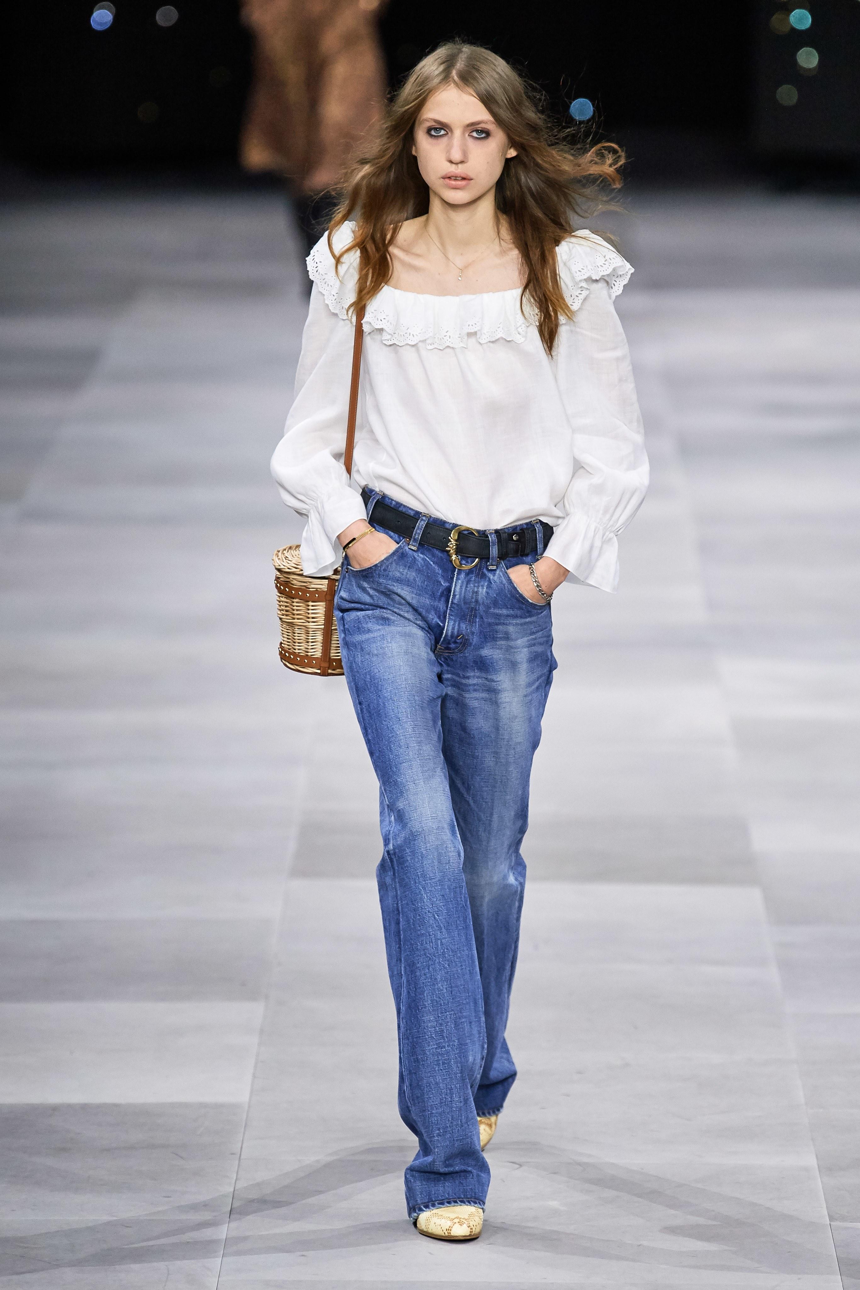 quần jeans ống rộng và áo cổ vuông tay bồng celine