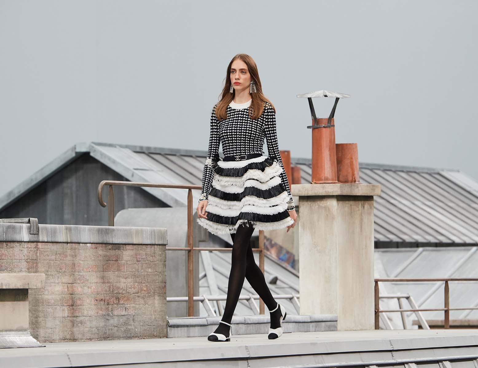 chân váy ngắn trắng đen và áo tweed chanel xuân hè 2020