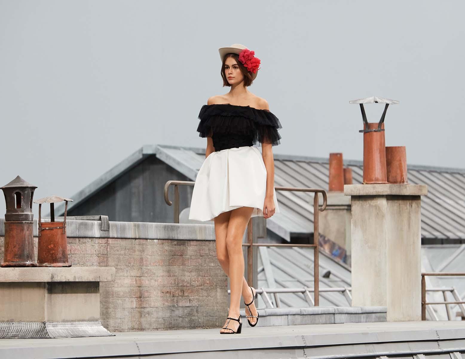 kaia diện váy bồng và áo trễ vai chanel xuân hè 2020