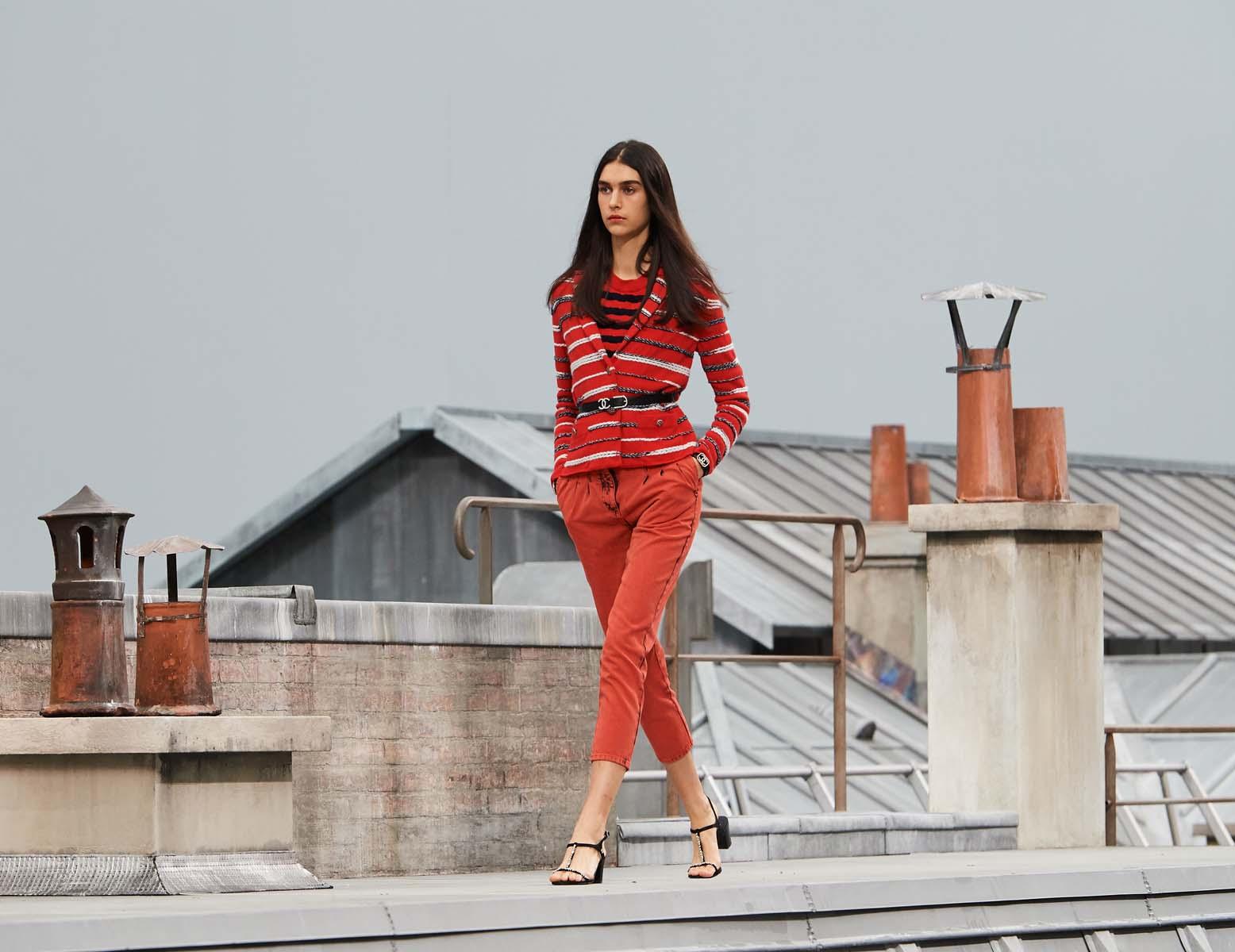 áo kẻ ngang và quần lửng màu đỏ chanel xuân hè 2020