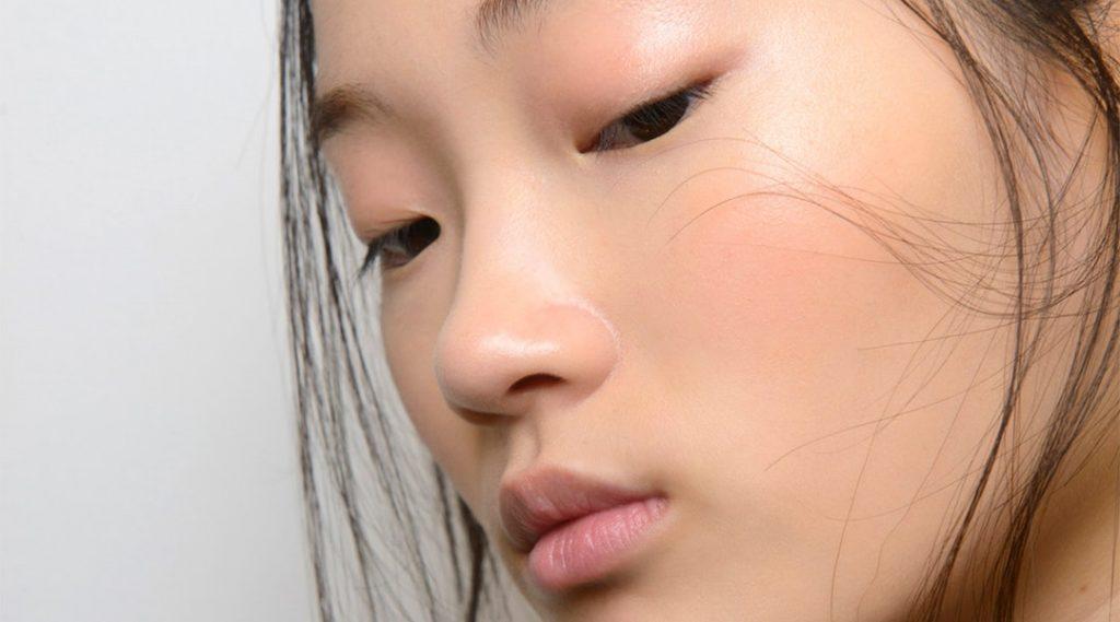 Massage mặt bằng đá lạnh là một trong những cách dưỡng da căng mịn và hồng hào. Ảnh: Imaxtree.
