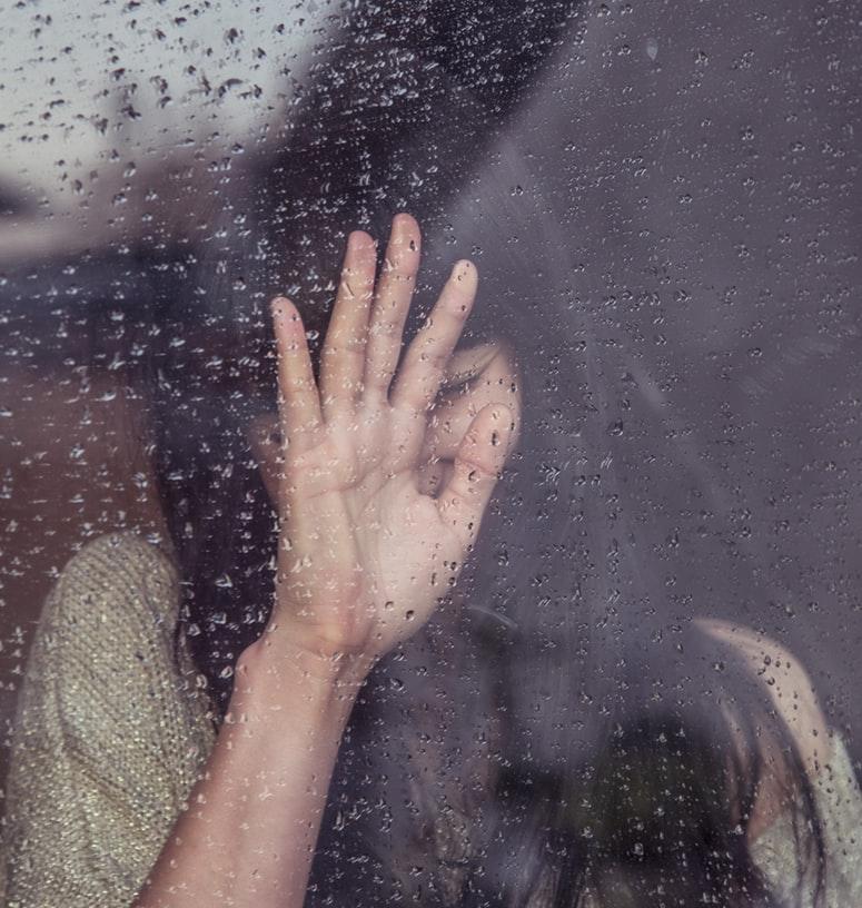 cô gái trầm cảm bên cửa sổ mưa