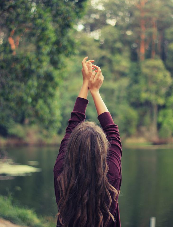 cô gái bên hồ