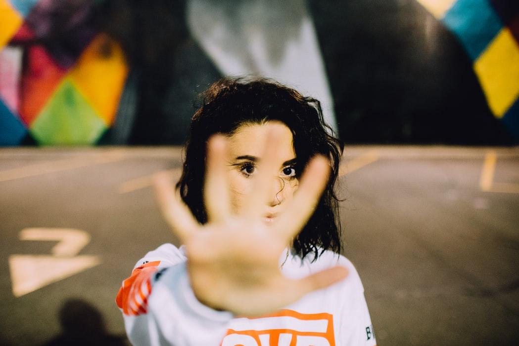 cô gái giơ tay ra trước