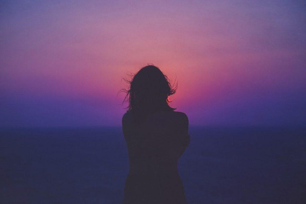 cô gái trầm cảm một mình trước biển