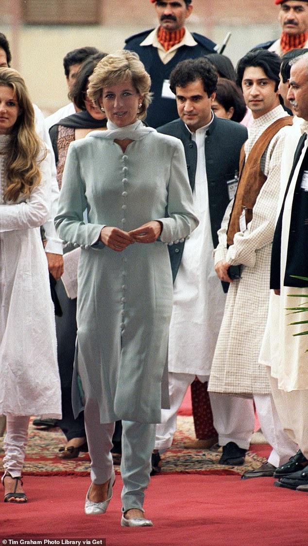 Trang phục của Công nương Kate có nhiều nét tương đồng với Công chúa Dianna trong chuyến viếng thăm Pakistan năm 1996.