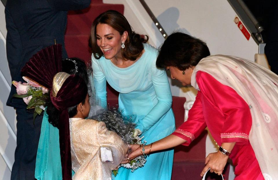 Trang phục của Công nương Kate có nhiều nét tương đồng với Công chúa Dianna trong chuyến viếng thăm Pakistan năm 1996. Shutterstock