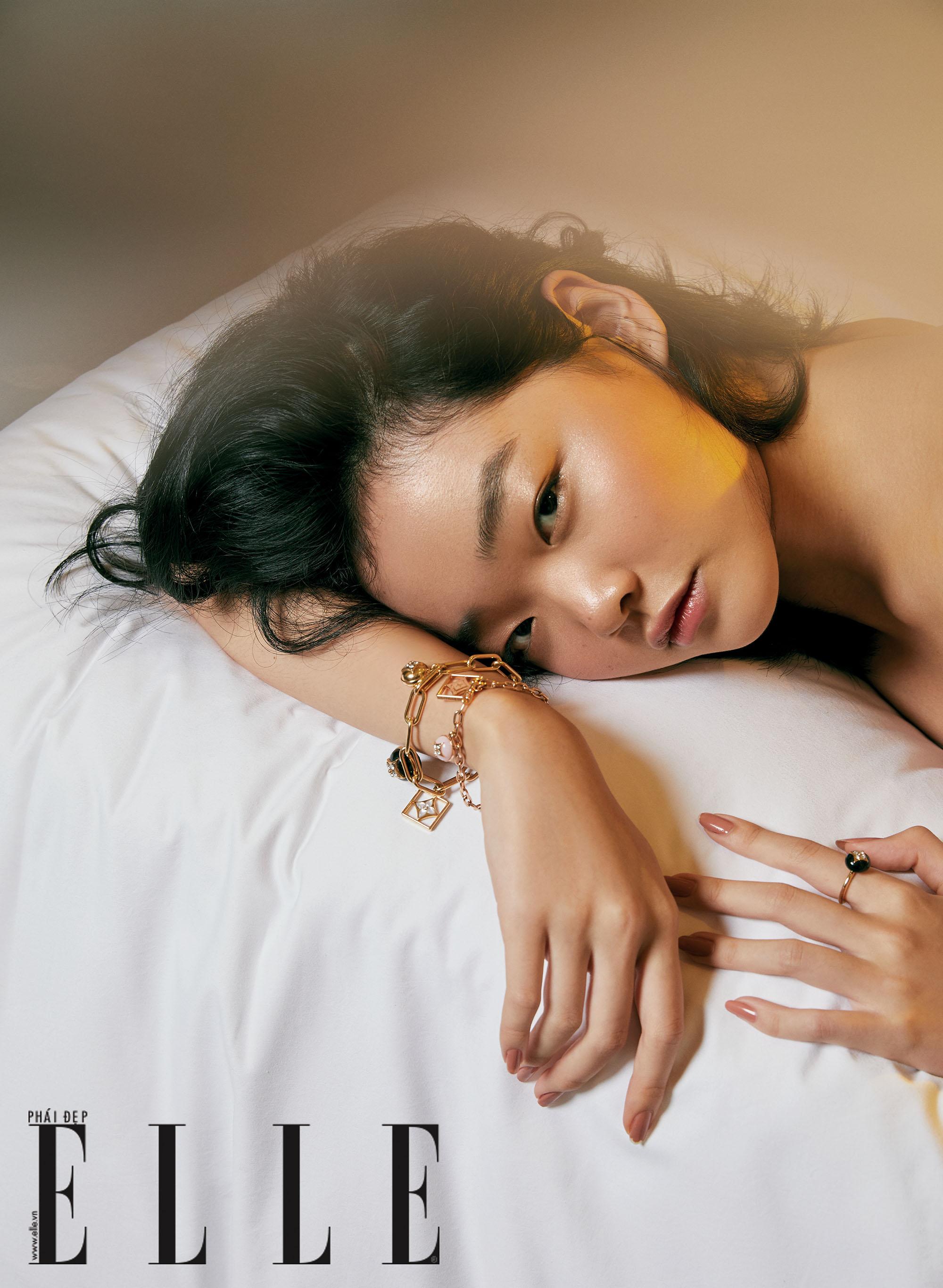cô gái đeo vòng tay và nhẫn monogram