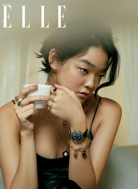 Cô gái và mẫu đồng hồ hình cánh hoa