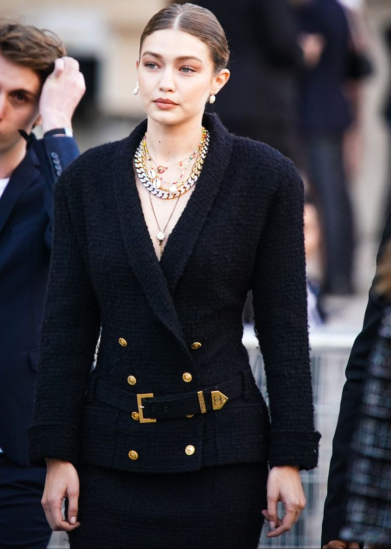 """Gigi Hadid diện thời trang vintage - Chanel vintage 1980s tại buổi tưởng niệm """"Karl Forever)"""
