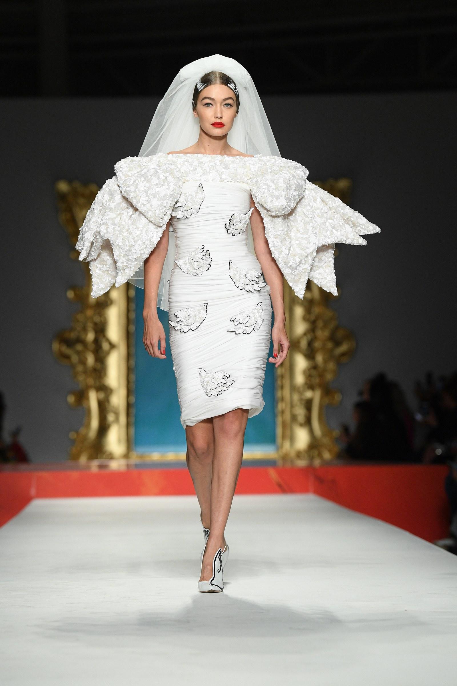 Gigi Hadid hoá thân thành cô dâu trong show Moschino tại tuần lễ thời trang Paris Xuân - Hè 2020
