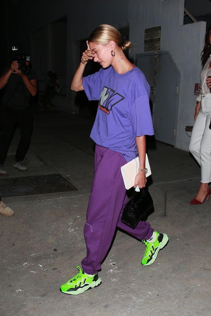 Hailey Bieber trong trang phục năng động màu tím