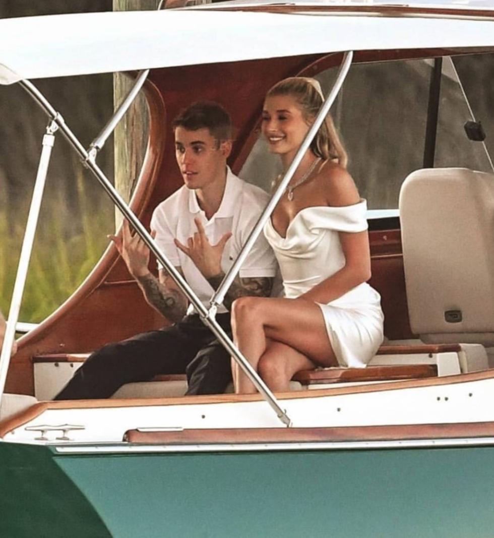 Vợ chồng Bieber trên tàu đến bữa tiệc trước ngày cưới