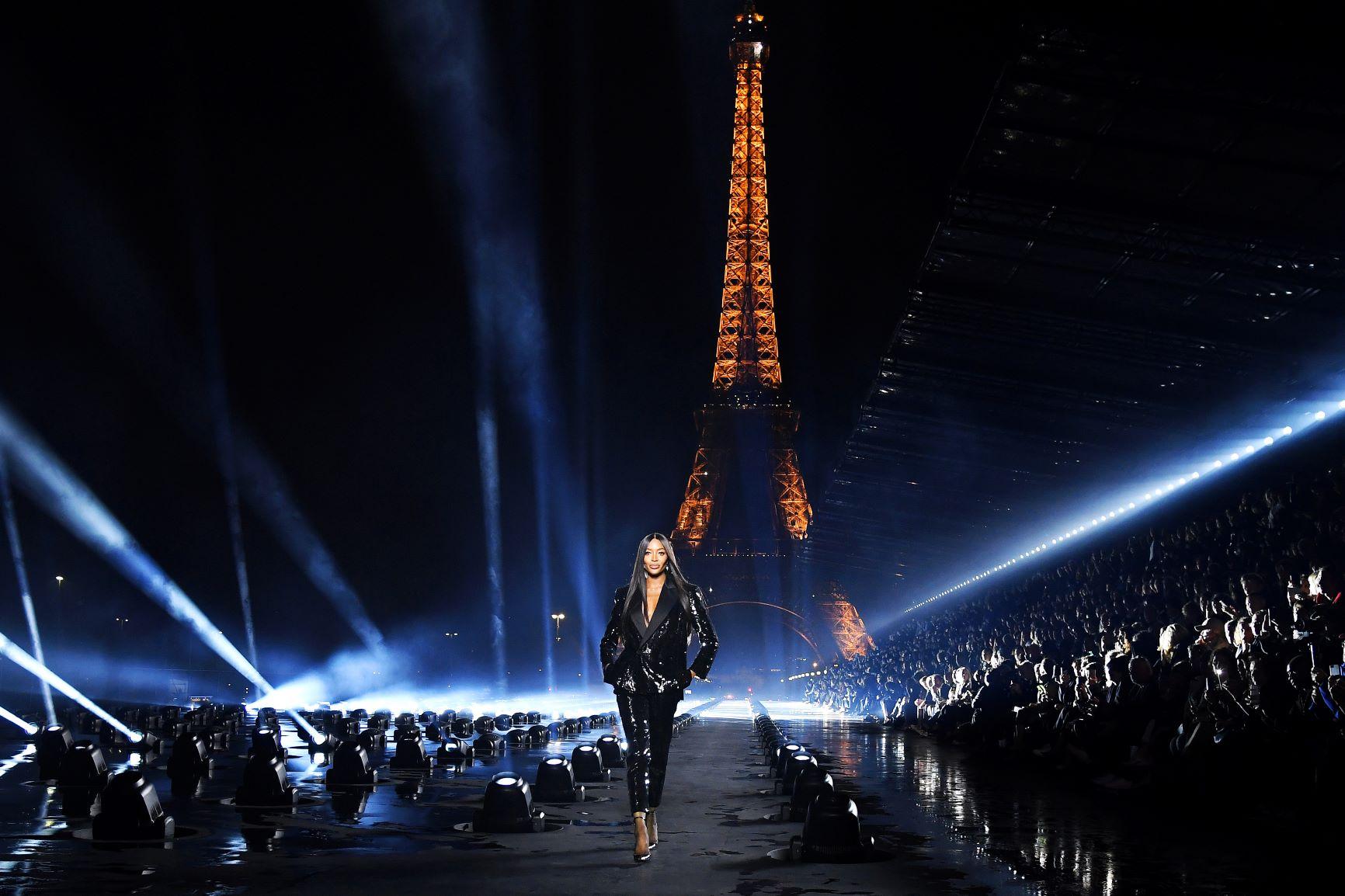 Naomi kết thúc show diễn với hiệu ứng ánh sáng hoành tráng tại show Saint Laurent dưới chân tháp Eiffel - tuần lễ thời trang paris xuân hè 2020