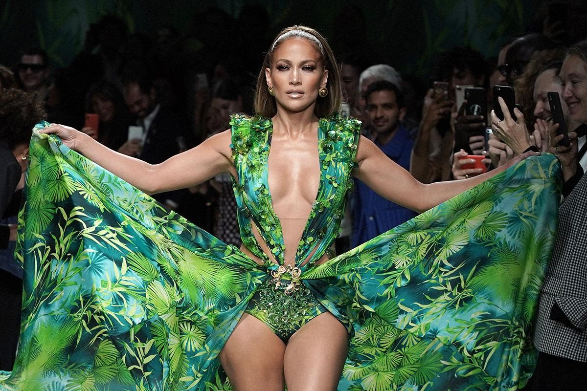 """Jennifer Lopez xuất hiện trong phiên bản năm 2020 của chiếc váy Versace """"huyền thoại"""""""