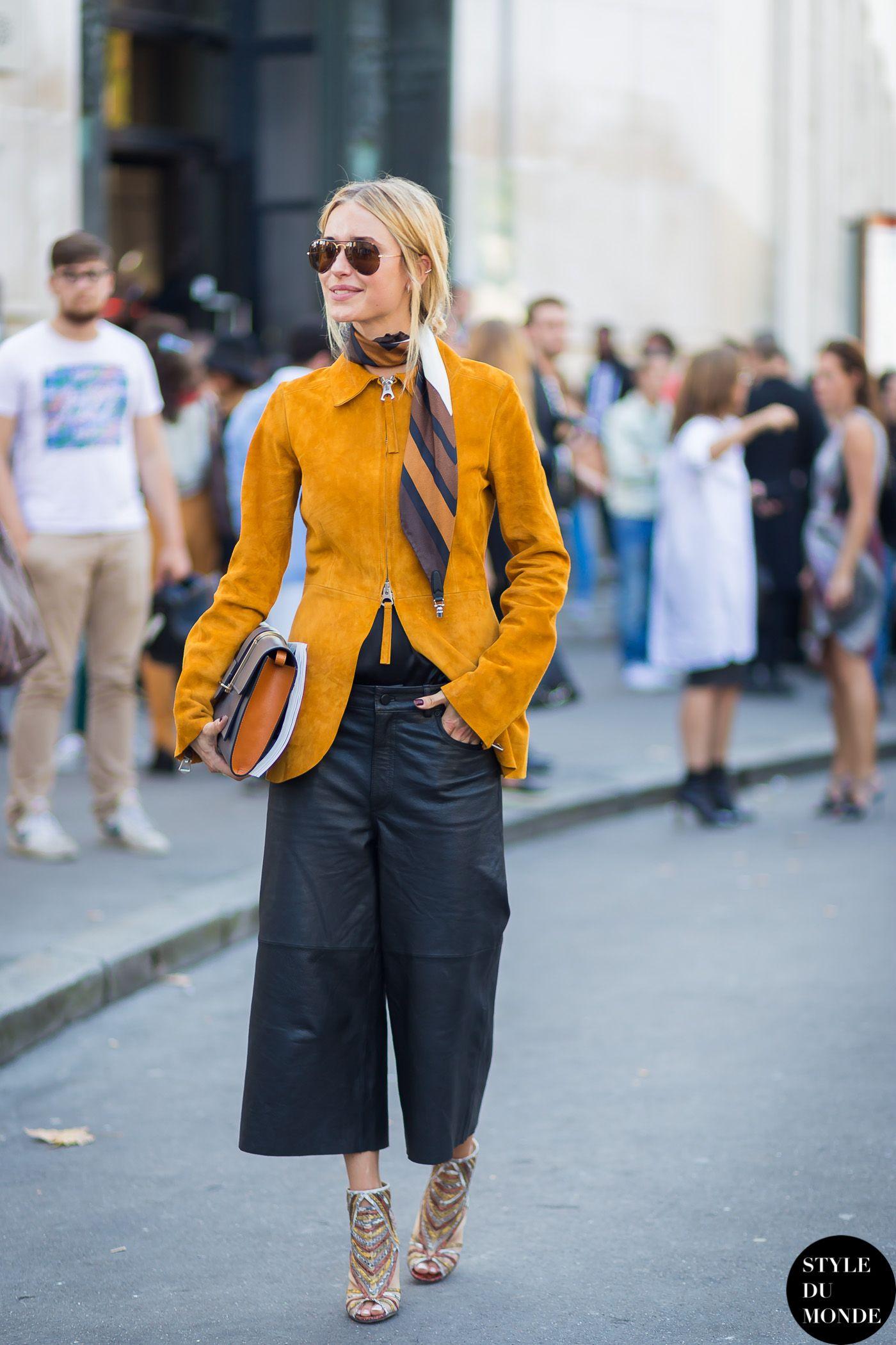 khăn lụa thời trang và áo khoác vàng